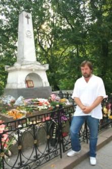 Август, 2010, Пушкинские горы, у могилы Пушкина