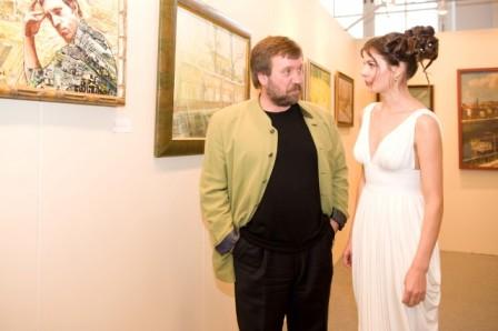 С моделью, Манеж, выставка, 2008