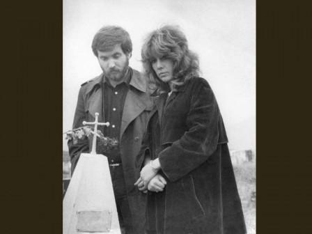 С сестрой у могилы бабушки, 1982